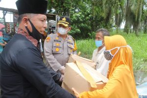 Kapolres Batu Bara Kunjungi Dusun V, Desa Karang Baru, Berikan Bantuan Sosial Akibat Musibah Banjir