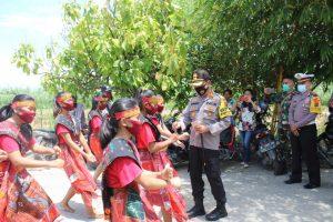 Resmikan Desa Tangguh, Kapolres Sergai Disambut Dengan Tarian Tor-Tor
