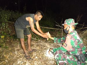 Hasil Komsos, Masyarakat Serahkan Mortir Tampela Kepada Satgas Pamtas RI-RDTL Yonif 742/SWY