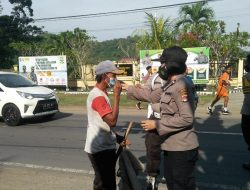 Polsek Lembar Bagikan  Masker Kepada Pengguna Jalan Yang Tidak Taat Prokes Saat Berkendara