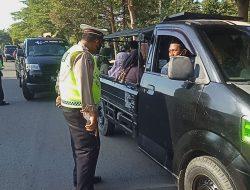"1.929 Pelanggar Lalu Lintas Ditindak Saat Operasi Ketupat Polresta Mataram  MATARAM—Selama Operasi Ketupat Rinjani 2021 yang digelar sejak tanggal 6 sampai dengan 17 Mei, Kepolisian Resor Kota Mataram mencatat sebanyak 1.929 kendaraan yang diberhentikan dan diperiksa.  Dalam keterangannya Kapolresta Mataram Kombes Pol Heri Wahyudi, SIK mengatakan jumlah tersebut terdiri dari 12 kendaraan ditilang karena tidak membawa kelengkapan surat-surat kendaraan dan 1.917 dalam bentuk teguran. Terjadi trend peningkatan Jumlah pelanggaran untuk tahun ini jika dibandingkan dengan tahun sebelumnya, dimana jumlah tilang ditahun sebelumnya tercatat sebanyak 6, di tahun ini 12 ditilang demikian juga halnya dengan jumlah teguran, tahun lalu sebanyak 1.787 teguran, terjadi kenaikan 7,95% dibandingkan dengan tahun ini. "" Pelanggar kebanyakan dari luar Daerah."" Beber Kapolresta. Sementara itu, berdasarkan data yang dihimpun, kasus kecelakaan yang terjadi selama berlangsungnya Operasi Ketupat Rinjani tahun ini, tercatat 1 kasus laka lantas yang mengakibatkan korban meninggal dunia, tidak tercatat adanya korban yang mengalami luka ringan ataupun luka berat dan untuk kerugian materiil sebanyak 100 ribu rupiah. "" Kurangnya kesadaran dan pemahaman masyarakat tentang berlalu lintas khususnya pengendara kendaraan roda dua, menjadi faktor pencetus terjadinya pelanggaran."" terang Heri.  Untuk kasus menonjol selama berlangsungnya Operasi Ketupat Rinjani, terjadi penurunan trend khususnya pada kasus Curat. Tercatat pada tahun 2021, sebanyak 5 kasus Curat dan untuk tahun ini nihil. "" Kita dapat menekan terjadinya kasus Curat,  semua ini berkat partisipasi masyarakat dalam menciptakan situasi yang kondusif dan dinamis."" Ungkapnya. Diberitakan sebelumnya, petugas Kepolisian Resor Kota Mataram menggelar Operasi Ketupat Rinjani 2021 yang di mulai sejak tanggal 6 sampai dengan 17 Mei. Total sebanyak 180 personel gabungan dikerahkan dalam operasi yang digelar serentak di seluruh Indonesia tersebut."