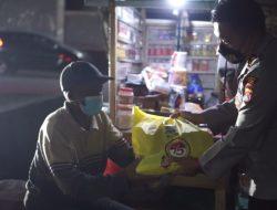Kapolres Sumbawa Blusukan Malam Bagikan Sembako Dan Pastikan Warga Terapkan PPKM